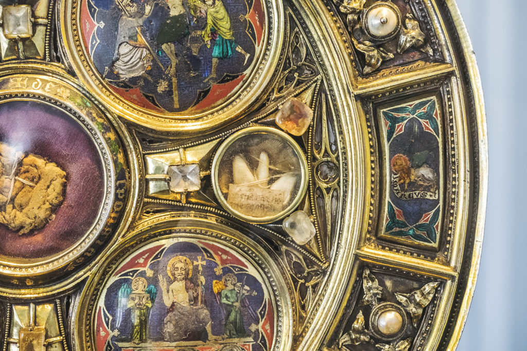 Czyjś święty ząb umieszczony w relikwiarzu z XII wieku